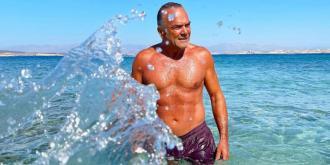 Ο 59χρονος ηθοποιός Παύλος Ευαγγελόπουλος δείχνει απίστευτα fit